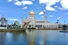 奥玛尔清真寺,为了纪念苏丹·奥玛尔而修建的,整个建筑装饰考究,气度不凡,白色金顶的清真寺,静静的立在