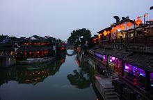 去西塘体验多重江南味 西塘的夜色是妩媚的,白日清晰的水中倒影也因为朦胧有了水墨画的风韵。西塘的白天是