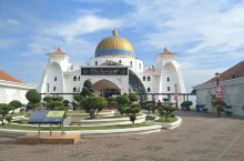 马六甲海峡清真寺,穆斯林洗礼之旅。 清真寺大门口 阳光下的寺院一角 寺院门厅 门厅望向马六甲海峡 进