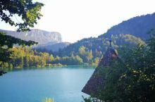 初见布莱德湖就被惊艳了,宛如一块翡翠镶嵌在山谷间,打开她的最