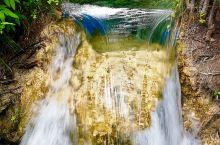 卧龙海 小巧玲珑的卧龙海是蓝色湖泊典型的代表,极浓重的蓝色醉人心田。湖面水波不兴,宁静祥和,像一块光