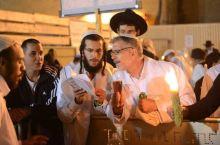 在哭墙和犹太人一起过赎罪日
