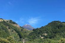 火山与小镇 埃特纳火山——欧洲海拔最高的活火山🌋 ,山区的一座小镇村庄,属于意大利最美村庄之一,很