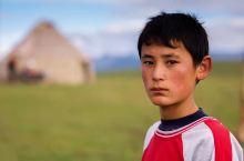 喀拉峻草原上的马背少年