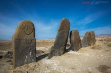 几座石人守护一片墓地,屹立荒漠几千年不倒,众多谜团另专家无解