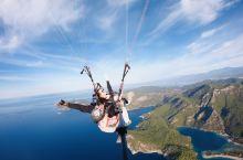 飞跃死海,眺望爱琴海  土耳其除了浪漫的热气球,还有一个必玩项目,那就是去费特希耶体验一把滑翔伞。