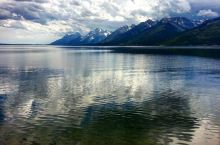 雪山的镜子—杰克逊湖  暑假带父母想去领略一下美国的自然风光,所以毫不犹豫的买了前往洛杉矶的航班,然