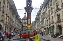 身后的钟楼是伯尔尼最古老的建筑,度娘说:他是13世纪造城时连结城里和外界的一个出入口。塔中的小人会再