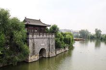 站在台儿庄古城的入口处,凭栏眺望,一座安澜门倒映在水中,其实有时候我之所以喜欢逛古称或者古镇,就是想