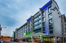 值得一去的酒店——都江堰古城智选假日酒店  周围环境方便且离景区比较近,但不靠近马路,很安静,大厅还