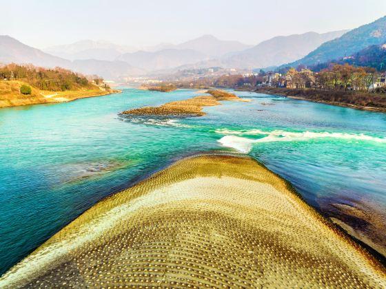 Dujiangyan Fish-mouth Water-dividing Dike