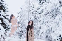 兹拉蒂博尔下雪了。 南方姑娘从来没怎么看过雪。 很幸运的是起床的时候下雪了。一早上起来他说:快起来看