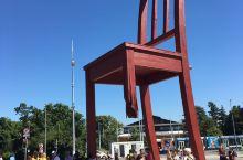 仰视万国宫前的巨大断椅