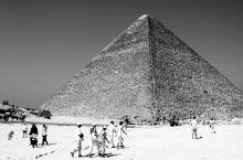 吉萨高地上的金字塔和高地下的开罗老城黑白秀