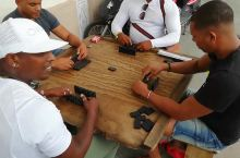 古巴人民也打麻将,街边摆桌玩的不亦乐乎