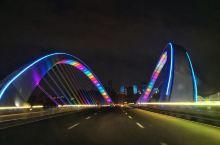南宁大桥:七彩灯光石墨烯路面新地标 南宁大桥全桥总长1314.773米,其中主桥长734.502米,