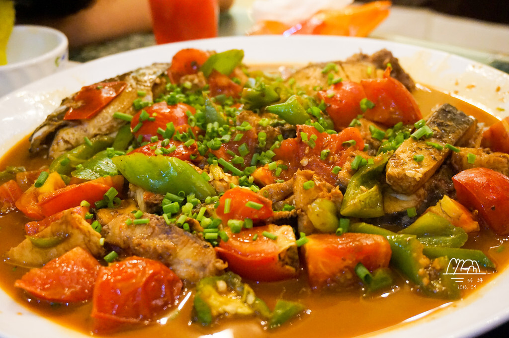 色彩还挺鲜艳,嗯,这条鱼和我记忆中四年前在西街吃的那条鱼的味道不一样,酸酸的,还挺好吃。可我还是喜欢重口味的酸菜鱼,因为这个吃多了好腻。