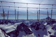 在欧洲海拔最高的悬索桥上看脚下的山峦起伏