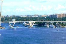 迈阿密的西棕榈滩,河道交错,桅杆林立。自建家的游艇停在门前,出门划帆板。还有World大道。