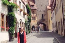 在中世纪浪漫小镇拍一组写真