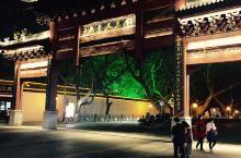 灯影里的秦淮河 夫子庙是一组规模宏大的古建筑群,历经沧桑,几番兴废,是供奉和祭祀孔子的地方,中国四大