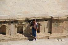 古罗马圆形露天剧场 城中最美的建筑,整个剧场全部用巨石铺成,至今保存完好。剧场象一把展开的巨扇,站在
