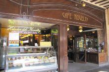 广场有一家萨拉曼卡历史最悠久的咖啡馆,诺维堤咖啡馆(Café Novelty)。在1905年成立之
