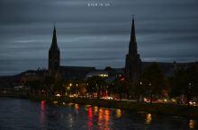 故事的最后定格在因弗尼斯小镇,是高地地区的首府,也是苏格兰最北方的城市,历史上一直被认为是苏格兰高地
