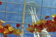 西雅图太空针塔的脚下有个玻璃艺术馆
