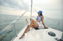 如何在充满海岛特色的海洋、热带元素,又有帆船的时尚范儿天然背景下,拍摄出国际范的照片?第一招:靠抓拍