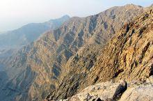 贾伊斯山是整个阿联酋境内的最高峰,在这里能俯瞰波斯湾的浩淼烟波。由于长年干旱无雨,山上山下寸草不生,