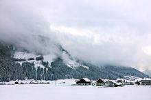 阿尔卑斯山脚下的雪从萨尔茨堡出发去往哈尔施塔特的路上,到处都是无敌雪景。被云雾遮盖的阿尔卑斯若隐若现