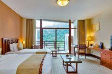 值得一去的酒店——成都花水湾金陵温泉度假酒店  酒店环境一流,订的是落地窗山景情侣房,大浴缸和手刮地