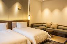 值得一去的酒店——曲阜尼山书院酒店  住宿环境一流,尤其是卧室的大落地窗,可以从里面往外看到漂亮的风
