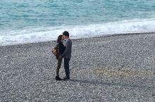 疯狂撒狗粮的法国小情侣,一言不合就在天使湾吻上