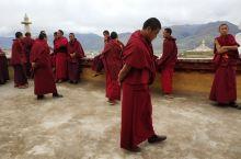 饭后逛了下甘孜老城,就真的只是藏式老城。 而城中喇嘛如涌,据说都来自甘孜寺,引得我们打车上寺。 建在