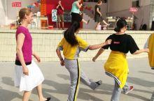 一场热闹特色的英语角活动 学生与外教共舞 2018年5月31日星期四下午4点30分至6点,一场热闹且