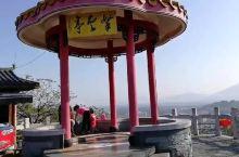 叠彩山位于桂林叠彩去,爬山上顶可以俯瞰桂林市貌,象鼻山,木龙塔,两江四湖等景区。