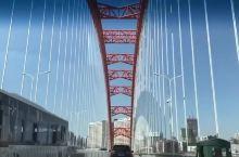 武汉的长江两岸,经过小巧精美的晴川桥