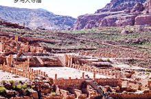 佩特拉(Petra)是约旦的一座古城,隐藏在一条连接死海和阿卡巴海峡的狭窄的峡谷内。古代曾为重要的商