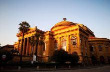 位于威尔第广场(Piazza Verdi)。马西莫剧院是意大利最大的歌剧院,欧洲第三大歌剧院,仅次于