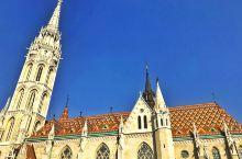 马加什教堂Mátyás Templom,得名源于贤明的马加什国王的两次婚礼都在此举行。 教堂旁边的圣