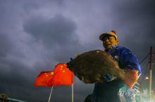 中国最大的舟山渔场,渔归场面火爆,码头像打扫战场