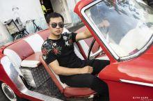 雅加达老城广场骑彩色前车