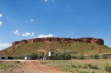 阿尔寨石窟  在鄂托克旗公卡汉乡西南30公里处,耸立着一座谜一样孤零零的红砂岩石小山。该山东西长约4