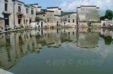 宏村 宏村标志性的画面。一湖镜水倒映着白墙黑瓦,一幅水墨山水画展现在眼前。空地上许多学生在墙下写生。