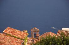 从悬崖小镇俯瞰蔚蓝海岸