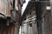 路边的村寨更有生活气息