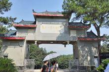 韶山毛泽东图书馆 门牌坊 韶山毛泽东图书馆,是游览韶山风景名胜区必到的景点。顺着台阶往上门牌上有江泽