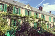 莫奈花园是著名画家莫奈生活了43年的地方,庭院静谧秀丽,每一处都是美丽的风景,在任何地方拍张照都是大
